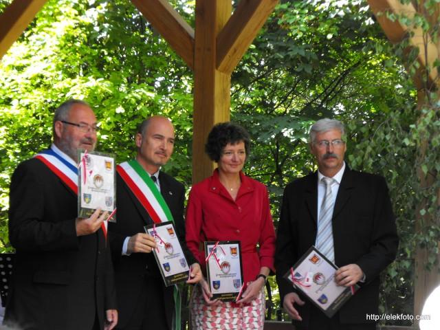 Bürgermeister der Partnerstädte mit ihren Geschenken von der Bürgermeisterin Krammer