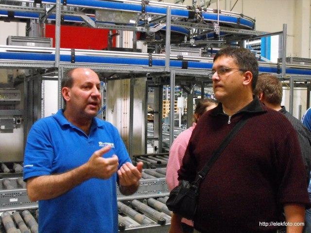 John erklärt, wie die riesige Lagerhalle funktioniert